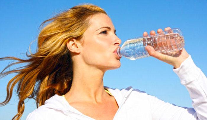 Фото как люди пьют воду